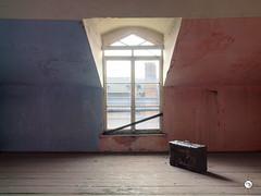 Hotel Z. 43 (Moddersonne) Tags: lost place urbex verlassen abandoned decay verfall urban exploration hotel sommerhotel fenster window koffer suitcase blau blue rot red