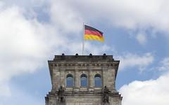 Reichstag Turm (Jenke-PhotozZ) Tags: berlin buildings berlinstyle berlin365 bluesky beberlin turm architektur architecture symmetrical symmetrie sky clouds reichstag view demdeutschenvolke regierungsviertel politik perspective germany flag fahne