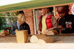 gaatjes boren (regionaal landschap Schelde-Durme) Tags: waasmunster kinderen pdpo lia natuurbeleving hooiland speelnatuur landschap landbouw biodiversiteit samenwerken bijen bijenhotel