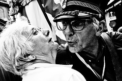 A Romantic Moment....at Manneke Piss (Victor Borst) Tags: street streetphotography streetlife reallife real realpeople faces face candid travel travelling traveling trip urban urbanroots urbanjungle blackandwhite bw mono monotone monochrome portrait kiss kisses old belgium belgie europe brussels brussel manneke pis