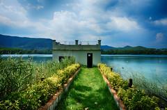 La casita olvidada (candi...) Tags: llacdebanyoles casa lago hierba cesped agua airelibre sonya77 arboles cielo nubes edificio naturaleza nature