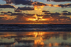 A moment of beauty (Wal Wsg) Tags: amomentofbeauty unmomentodebelleza rayosdelsol amanecer amanece alba dawn aurora nubes nube clouds cloud cielo cieloargentino sky heaven paisaje paisajeargentino argentina provinciadebuenosaires mardeajo laplaya mar sea agua water sol sun canoneosrebelt6i canon phwalwsg argentinamardeajo sunlight