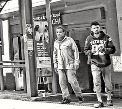 cotidiano (jakza - Jaque Zattera) Tags: homem dois pessoas pb cotidiano street cartaz