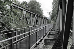 Fahrradbrücke über dem Fluß Mangfall, eine ehemalige Eisenbahnbrücke. (Janos Kertesz) Tags: mangfall bayern bavaria brücke fahrrad eisenbahn metal metall