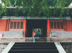 门口. (Nicole Favero) Tags: verde shaolin love amazing mine cute cool awesome forever peace followme religion buddhism temple shaolinsi guide trip travel china chinese people streetphotography shaolintemple mountain smoke place zen girls boys nikon nikond5000 camera reflex lightroom