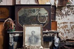 (franconiangirl) Tags: gemälde portrait porträt wohnhaus verlassen ehemalig abandonado abbandonato haus house urbex ue urbanwandering urbanexploring decay derelict fahrrad bike bicycle rad bici mirror spiegel reflection marode old kamin