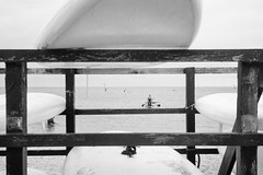 Surf school - no railings in the water (auqanaj) Tags: 20180728bis20180806 kodakgold200 olympus35rc cewescanat72dpi analog film denmark dänemark fjord hvidesande ringkøbing ringkøbingfjord westjütland midtjylland jütland jutland monochrome blackandwhite schwarzweis meer wasser water sea ocean northsea surfboards rack standuppaddling sup beginner practice
