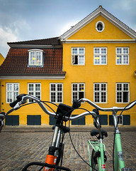 Copenhagen [8728] (josefrancisco.salgado) Tags: apple copenhagen denmark europa europe kobenhavn adoquines adoquín architecture arquitectura bicicleta bicycle cobblestone iphone iphone8plus capitalregionofdenmark dk