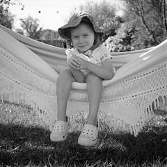 . (Film_Fresh_Start) Tags: 6x6 argentique carlzeissplanar75mm35 ilfordfp4125 moyenformat plounéourtrez portraits rolleiflex35fk4f tlr vacances film bw nb enfance childhood hamac