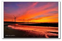 DSC_3548-1 (ychlin2005) Tags: 高美濕地 黑卡 黃昏 高美 風車 霞光 雲彩 濕地 清水鎮 晚霞 大風車 夕陽 夕照 夏天 台中 nikon d300s ychlin2005 explore 風力發電機 日落 色溫 沙灘 倒影 清水 清水區 大甲溪出海口 reflection blackcard 旅行 travel wetlands windmills windturbines sunset color temperature beach 星芒 taichungcounty gaomei wetland qingshui dusk clouds 長曝 雲林莞草 扁稈藨草 海灘 旅遊 台中清水 彩霞 戶外 天空 相片框
