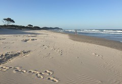 Human traces (petebond_au) Tags: sand spring cool waves pacific ocean sea surf byron bay