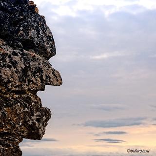Regard minéral vers l'horizon (un vieux mur de pierre délabré qui a donné cette forme humaine)