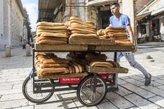 Pane per tutti (Milo Manica) Tags: pane bread persona street streetphoto streetart carro gerusalemme israele palestina canon eos 60d 14 walimex