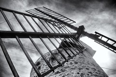 Moulin Alphonse Daudet - Fontvieille (delphine imbert) Tags: fontvieille moulin alphonse daudet patrimoine historique monument alpilles pierres ciel sentier colline noir blanc monochrome balck white bouchesdurhône