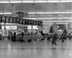 Leeds Station Concourse (russell_w_b) Tags: leeds leedsrailwaystation baldamessbaldix ilforddelta400 ilfotecddx