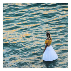 La jeune fille de l'eau (Laetitia.p_lyon) Tags: fujifilmxt2 saintmalo bretagne brittany breizh sea mer manche femme woman alone solitude