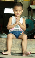 polite boy (the foreign photographer - ฝรั่งถ่) Tags: boy sitting paying respect thanking porch khlong thanon portraits bangkhen bangkok thailand canon