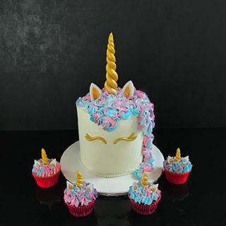 Unicorn cake with cupcakes