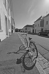 Pause rue de Verdun (Tonton Gilles) Tags: alençon normandie hdr noir et blanc vélocipède vélo cycle bicyclette rue de verdun paysage urbain