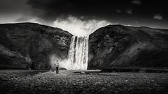 Photographe à la chute (JardinsLeeds) Tags: iceland icelandiclandscape falls islande paysage paysageislande blackandwhitelandscape blackandwhite nikond800e chute