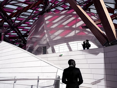 Observatory of Light (Novowyr) Tags: paris fondationlouisvuitton jardindacclimatation observatory light frankgehry architecture danielburen glasssails rectangles colors magenta city street people whitecollar elegance elegant suit sharpdressed whitestairs museum artscenter roof reflections man v architektur spektakulär intervention