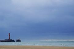 Petit phrère (Atreides59) Tags: phare mer sea water eau bleu blue rouge red nuages clouds ciek sky dunkerque nord france pentax k30 k 30 pentaxart atreides atreides59 cedriclafrance port harbor