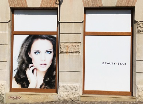 Vetrine in legno negozio Beauty Star Acqui Terme
