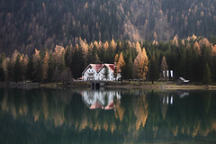 Alto Adige in autumn2017-06 (Felson.) Tags: vacanza viaggio holiday trip travel lagodianterselva anterselva antholz altoadige antholzersee sudtirol autumn autunno fall dolomiti dolomites mountain montagna alpi alps italia italy alberi trees green verde giallo yellow rosso red casa house barn capanno lago lake water acqua reflection riflesso wanderlust outdoor panorama view landscape songtilltheendofthedaythekinks