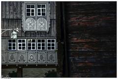 Mittelalterliche Fassade / Medieval facade (Reto Previtali) Tags: haus fassade fenster schweiz werdenberg flickr lampe holz alt nikon tamron farben kunst kreativ linien ecken kanten gebäude europa world house picture foto bw switzerland day tag gry grau weiss white licht sun sonne