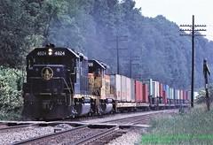 BO 4024-3709, wb Chicago Trl jet, Eureka, PA. 8-07-1982 (jackdk) Tags: train railroad railway bo baltimoreandohio chessie chessiesystem csx csxt csxpittsburghsub csxkeystonesub keystonesub pittsburghsub emd emdgp40 emdgp402 gp40 gp402 crossing railroadcrossing eureka eurekapa eurekaroadcrossing trailertrain trailerjet chicagotrailerjet tofc gp38 gp382