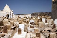 Einat Cemetery: old graves and domed tomb (motohakone) Tags: jemen yemen arabia arabien dia slide digitalisiert digitized 1992 westasien westernasia ٱلْيَمَن alyaman