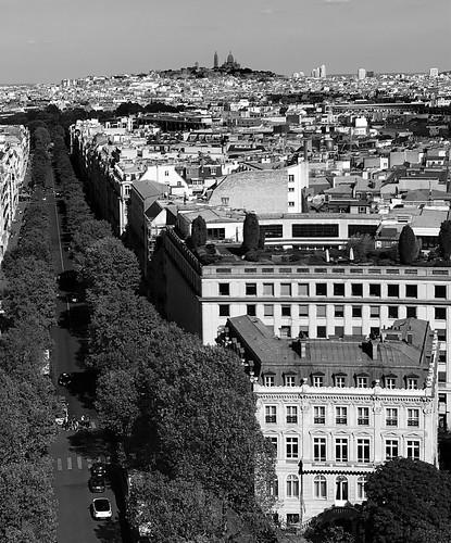 Montmartre dans l'ombre vue de l'arc de Triomphe