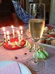 Schampus (onnola) Tags: berlin deutschland germany geburtstag birthday party feier fest dekoration decoration kerze candle kanapee canapé baguette brot bread häppchen fisch räucherfisch fish sekt champagner champagne glas glass luftschlange