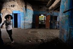 Essaouira (Gwenaël Piaser) Tags: morocco maroc 2018 ⵜⴰⴳⵍⴷⵉⵜⵏⵍⵎⵖⵔⵉⴱ المملكةالمغربية royaumedumaroc royaume ⵍⵎⵖⵔⵉⴱ المغرب almaġrib travel vacances voyages unlimitedphotos gwenaelpiaser canon eos 6d canoneos eos6d canoneos6d fullframe 24x36 reflex rawtherapee 1740mm ef1740mmf4lusm canonef1740mmf4lusm seriel zoom lseries street rue fille girl mûgadir essaouira الصويرة aṣṣawirah ⵎⵓⴳⴰⴹⵓⵔ mugadur august aout august2018