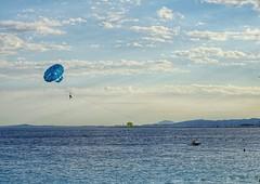 (nissmag) Tags: été plage ciel nuages sky skyscape waterscape seascape bleu nice côtedazur parachuteascensionnel mer sea 7dwf summer