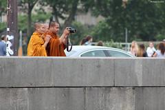 Paris : bonze photographe (philippeguillot21) Tags: photographe bouddhiste bonze paris pont parapet france capitale europe pixelistes reflex canon moine