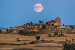 Sale la luna tras Moradillo. (Roberto_48) Tags: ngc moradillo roa luna burgos castilla leon llena