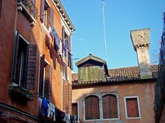 Calle de la Laca (Gijlmar) Tags: itália italy italien italie włochy ита́лия ιταλία europa ευρώπη europe avrupa европа veneza venice venezia venedig venecia вене́ция venise βενετία janela venster finestra okno fenster window ventana fenêtre ablak окно céu sky cielo
