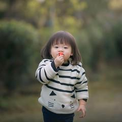 吃草莓 (brave22222) Tags: 135mmf18za child kid girl strawberry
