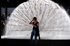 VENTAGLIO DI LUCE (ADRIANO ART FOR PASSION) Tags: norvegia norway oslo nikon nikond90 d90 nikkor18200 fontana controluce ragazza ventaglio