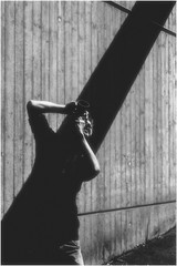 l'homme avec la distance focale fixe (Armin Fuchs) Tags: arminfuchs thomaslistl 35mm festbrennweite focalefixe fixedfocallength anonymousvisitor nml diagonal light shadow man bonpoint35mm photographer niftyfifty bonpointposetrèslongue8mois