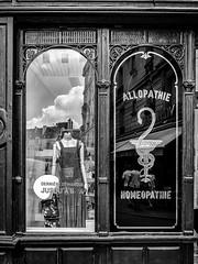 Shopping à dose homéopathique (Photographette76) Tags: par marais nb noiretblanc blackandwhite bw store boutique pharmacie vêtements clothes street streetphotography rue photoderue photographiederue