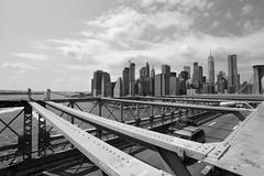 Mirando hacia atrás (pete1207) Tags: blackandwhite digital nikon d800 fullframe fx brooklynbridge brooklyn nyc puente newyork nuevayork blancoynegro blackandwhitephotos dbw newyorkcity ciudad
