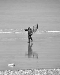 _DSC0195 - Retour de pêche (Le To) Tags: nikond5000 noiretblanc nerosubianco bw monochrome plage reflet pêcheur galets sable vagues rivage mer eau personne