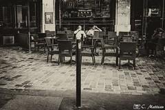 180717-16 Relaxer devant une pinte (clamato39) Tags: noiretblanc blackandwhite bw monochrome paris france bar voyage trip europe urban urbain city ville
