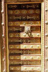 Traditional door (motohakone) Tags: jemen yemen arabia arabien dia slide digitalisiert digitized 1992 westasien westernasia ٱلْيَمَن alyaman kodachrome paperframe