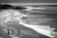 Un poirier sur la plage!/ Handstand (pear tree) on the beach! (vedebe) Tags: humain human hommes people mer ocean océan plage sable vagues noiretblanc netb nb bw monochrome paysages