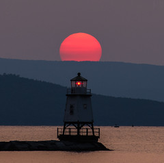 Red on red (LEXPIX_) Tags: sun sunset red fireball adk summer evenings hazy waterfront lighthouse beacon water lake champlain vermont jetty nikon d850 70200 lexpix