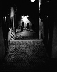 Night walker (Drehscheibe) Tags: nikonf2 analogica film kodaktrix400 blackwhite street gasse gehweg