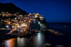 Manarola (Cinque Terre) bei Nacht (stefangruber82) Tags: italy italien cinqueterre häuser bunt colorful houses night nacht lichter lights